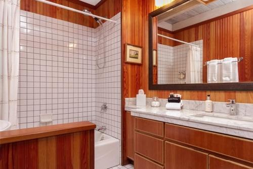 SI-room-208-bath